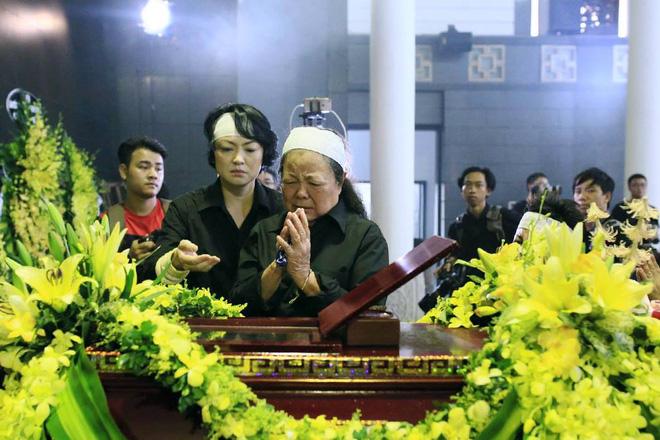 Hàng nghìn học sinh Lương Thế Vinh đứng hai bên đường tiễn đưa đoàn xe chở linh cữu thầy Văn Như Cương về nơi an nghỉ cuối cùng - Ảnh 16.