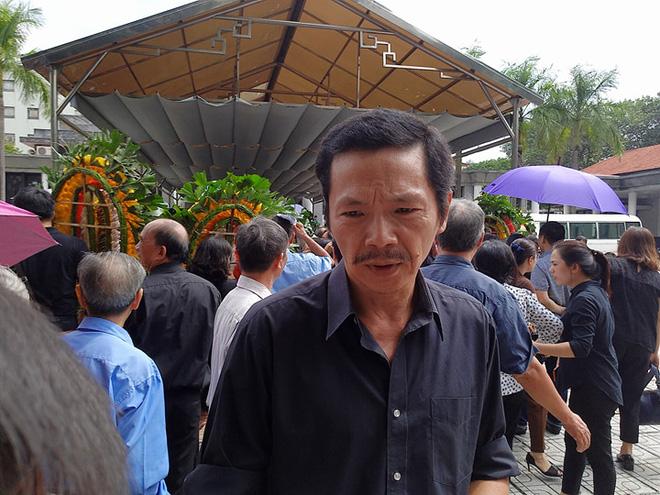 Hàng nghìn học sinh Lương Thế Vinh đứng hai bên đường tiễn đưa đoàn xe chở linh cữu thầy Văn Như Cương về nơi an nghỉ cuối cùng - Ảnh 20.