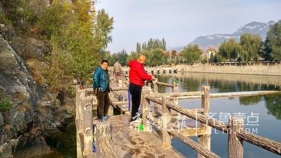Người đàn ông nặng hơn 1 tạ ngã xuống hồ, cha già ngâm mình dưới nước đỡ con suốt 20 phút - Ảnh 3.
