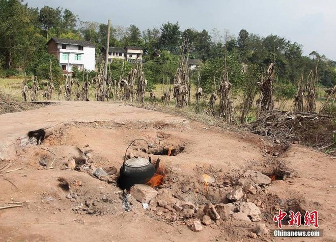 Kỳ lạ mảnh đất trống tự bốc lửa, dân làng tận dụng để nấu cơm, đun nước - Ảnh 2.