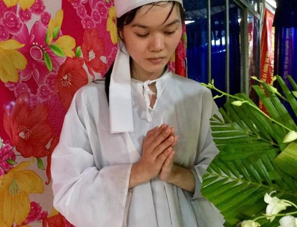 Lễ đưa tang diễn viên Nguyễn Hoàng: Trời đổ mưa, vợ trẻ nghẹn ngào nhìn di ảnh chồng trước giờ tiễn biệt - Ảnh 2.