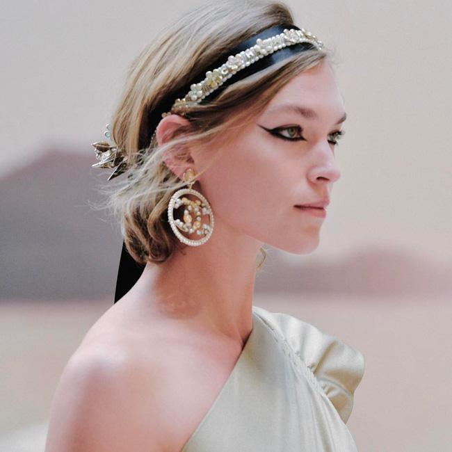 Hết đưa người xem lên vũ trụ, Chanel lại biến runway thành Hy Lạp cổ đại - Ảnh 23.