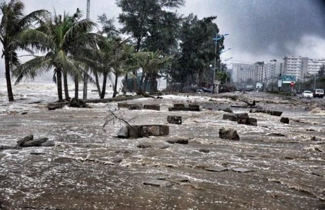 Đời sống: Bão số 10 vào bờ: Bãi biển Sầm Sơn tan hoang trong sóng dữ