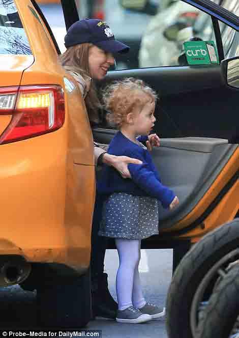Ái nữ nhà Clinton bị bắt gặp đón taxi đưa con đi học - Ảnh 4.
