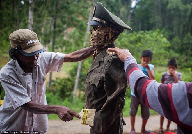 Đào mộ, thay áo mới cho xác chết: Đây chính là một tập tục rùng rợn nhất tại Indonesia - ảnh 4