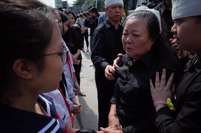 Hàng nghìn học sinh Lương Thế Vinh đứng hai bên đường tiễn đưa đoàn xe chở linh cữu thầy Văn Như Cương về nơi an nghỉ cuối cùng - Ảnh 39.