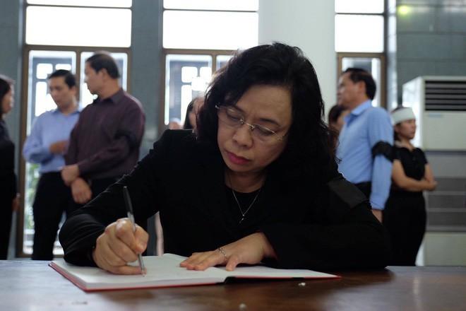 Người thân bật khóc bên linh cữu cụ bà Hoàng Thị Minh Hồ - người hiến hơn 5.000 lượng vàng cho nhà nước - Ảnh 14.