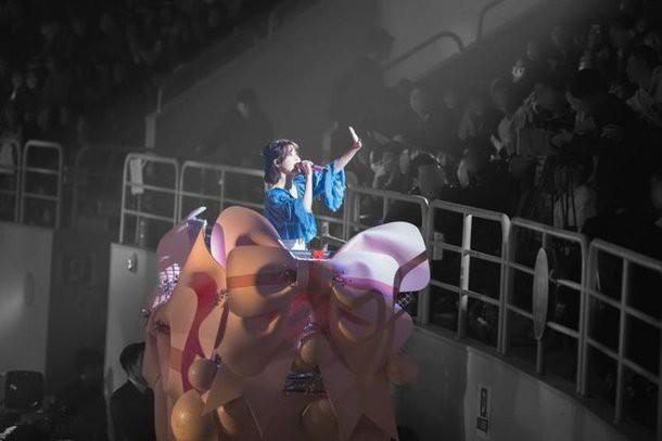 Yoo In Na bật khóc tại concert của IU: Tình bạn đáng quý thật, nhưng liệu có quá lố? - Ảnh 4.
