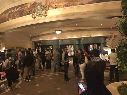 Súng nổ, khách hoảng loạn bỏ chạy khỏi khách sạn ở Las Vegas - Ảnh 5.