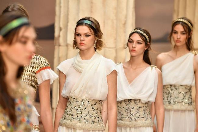 Hết đưa người xem lên vũ trụ, Chanel lại biến runway thành Hy Lạp cổ đại - Ảnh 5.