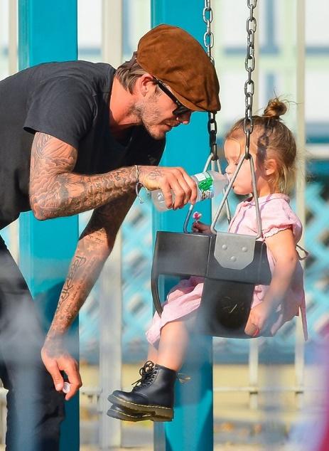 Suri Cruise và Harper Beckham: Hai cô bé nổi tiếng nhất thế giới có tuổi thơ trái ngược - Ảnh 4.