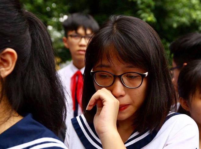 Hàng nghìn học sinh Lương Thế Vinh đứng hai bên đường tiễn đưa đoàn xe chở linh cữu thầy Văn Như Cương về nơi an nghỉ cuối cùng - Ảnh 13.