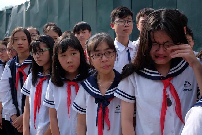 Hàng nghìn học sinh Lương Thế Vinh đứng hai bên đường tiễn đưa đoàn xe chở linh cữu thầy Văn Như Cương về nơi an nghỉ cuối cùng - Ảnh 40.