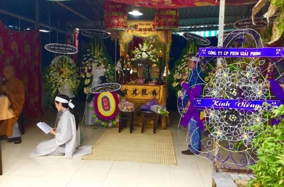 Lễ đưa tang diễn viên Nguyễn Hoàng: Trời đổ mưa, vợ trẻ nghẹn ngào nhìn di ảnh chồng trước giờ tiễn biệt - Ảnh 1.