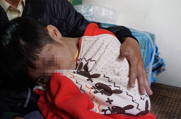 Bé trai 10 tuổi bị bạo hành: Đến bữa ăn, bố và cô bê mâm vào trong phòng, còn cháu thì ăn ở phòng ngoài - ảnh 5