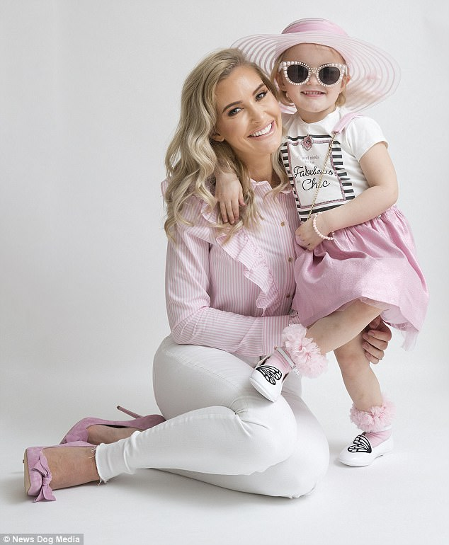 Mẹ trẻ chi bạo sắm đồ Louis Vuitton cho con gái diện gây tranh cãi - Ảnh 7.