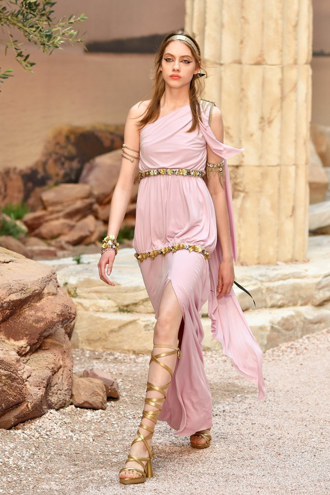 Hết đưa người xem lên vũ trụ, Chanel lại biến runway thành Hy Lạp cổ đại - Ảnh 6.