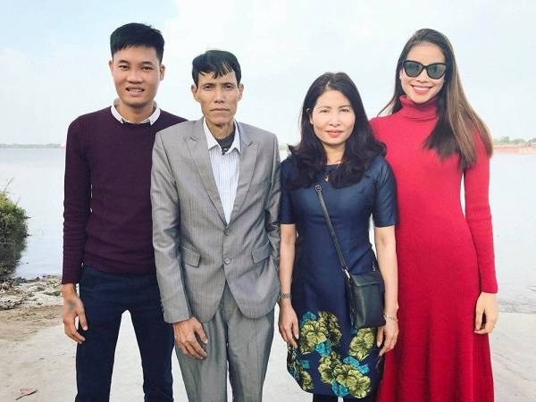 Phạm Hương lập tức về quê nhà khi nghe hung tin bố hấp hối - Ảnh 2.