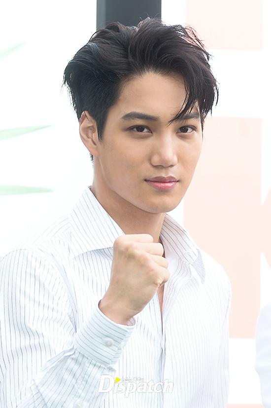EXO trở lại: Có đẹp tựa hoàng tử giống fan xuýt xoa hay vừa sến vừa xuống sắc? - Ảnh 6.