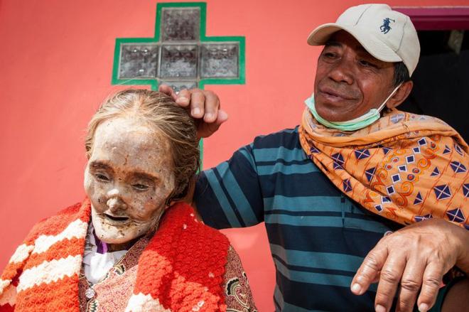 Đào mộ, thay áo mới cho xác chết: Đây chính là một tập tục rùng rợn nhất tại Indonesia - ảnh 6