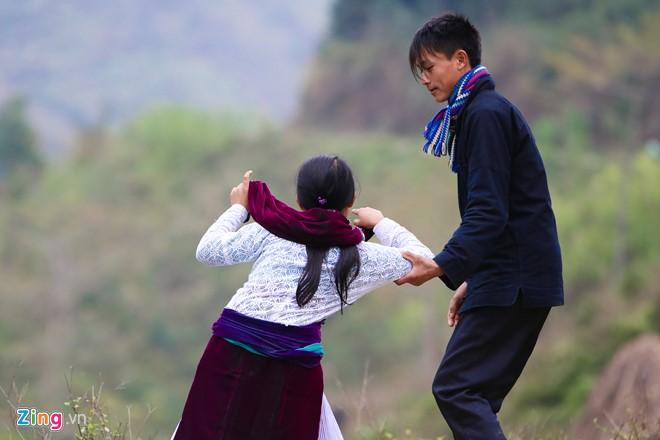 Cảnh bắt người về làm vợ gây tranh cãi giữa đường vắng ở Hà Giang