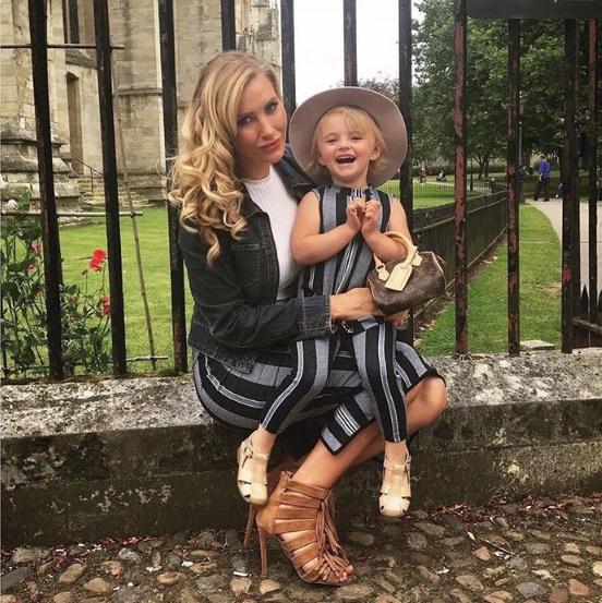 Mẹ trẻ chi bạo sắm đồ Louis Vuitton cho con gái diện gây tranh cãi - Ảnh 8.