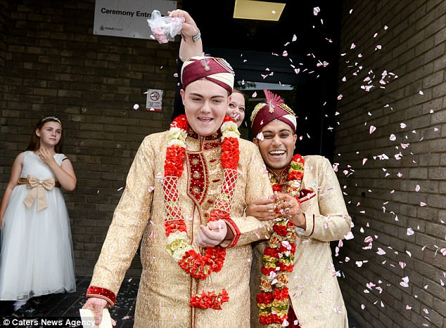 Đám cưới đồng tính Hồi giáo đầu tiên tại Anh: Cặp đôi từng muốn tự tử do bị kỳ thị và bắt nạt - Ảnh 2.
