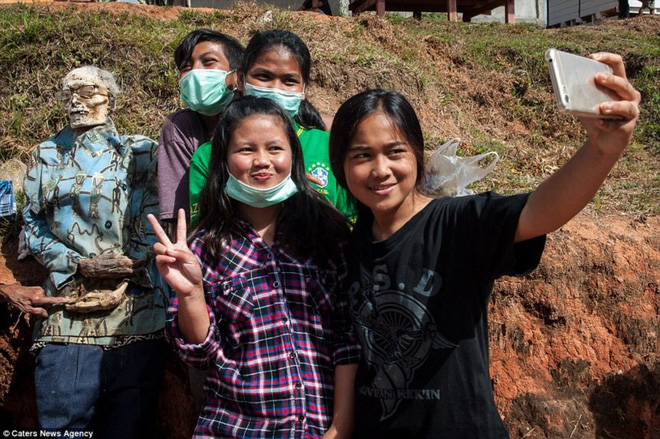 Đào mộ, thay áo mới cho xác chết: Đây chính là một tập tục rùng rợn nhất tại Indonesia - ảnh 7