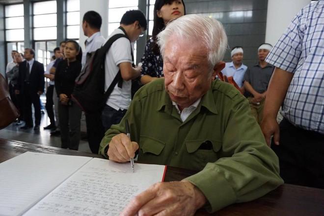 Người thân bật khóc bên linh cữu cụ bà Hoàng Thị Minh Hồ - người hiến hơn 5.000 lượng vàng cho nhà nước - Ảnh 17.