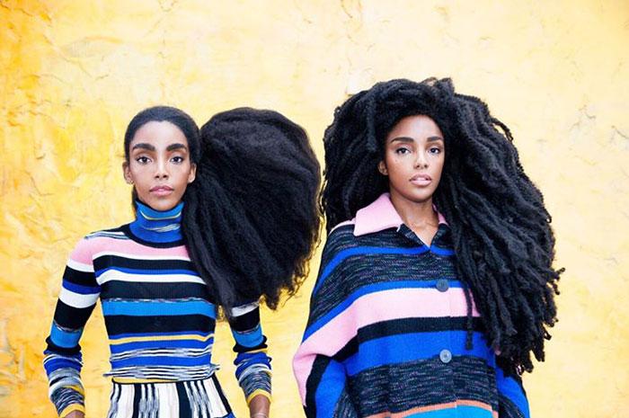 Độc lạ: Hai chị em song sinh nổi như cồn nhờ bộ tóc xù như chổi rơm khổng lồ