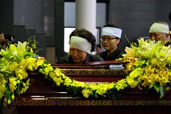 Người thân bật khóc bên linh cữu cụ bà Hoàng Thị Minh Hồ - người hiến hơn 5.000 lượng vàng cho nhà nước - Ảnh 8.
