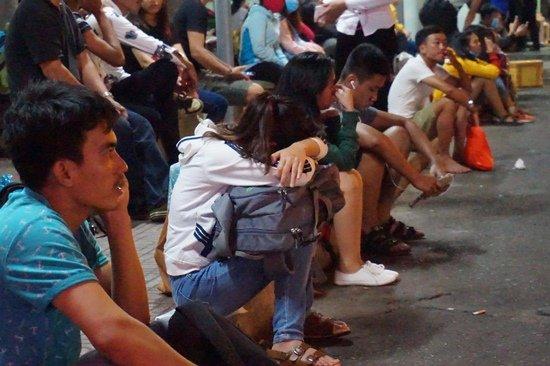 Bến xe Sài Gòn kẹt cứng lúc 2h sáng, khách vật vờ tìm đường về - Ảnh 9.