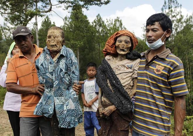 Đào mộ, thay áo mới cho xác chết: Đây chính là một tập tục rùng rợn nhất tại Indonesia - ảnh 9
