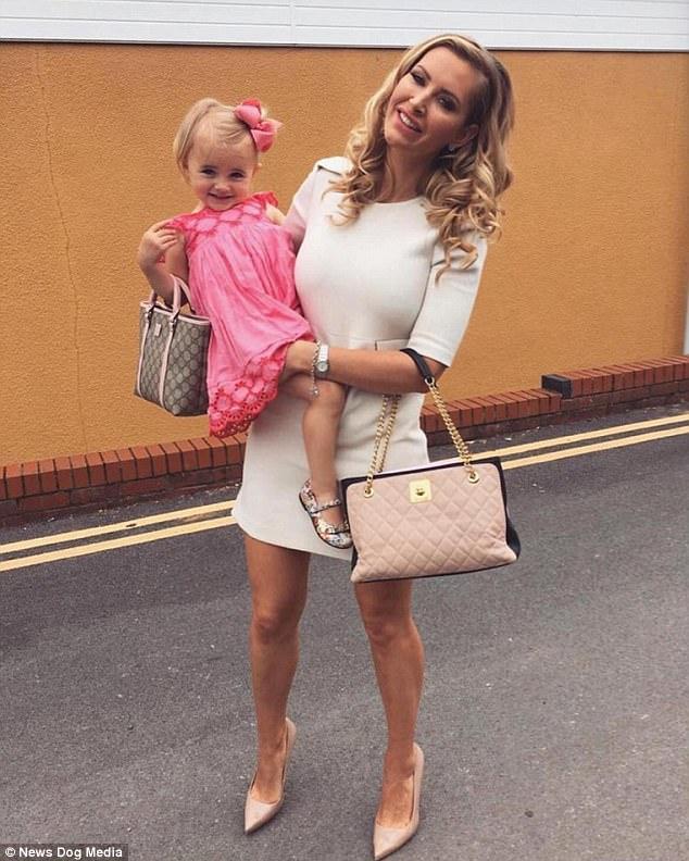 Mẹ trẻ chi bạo sắm đồ Louis Vuitton cho con gái diện gây tranh cãi - Ảnh 11.