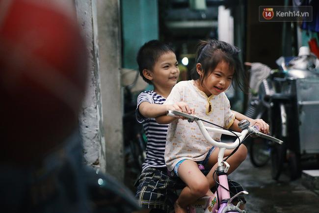 Hành trình mà nhiều người lớn tử tế đang tìm lại niềm vui cho những đứa bé nghèo ở Sài Gòn - Ảnh 1.