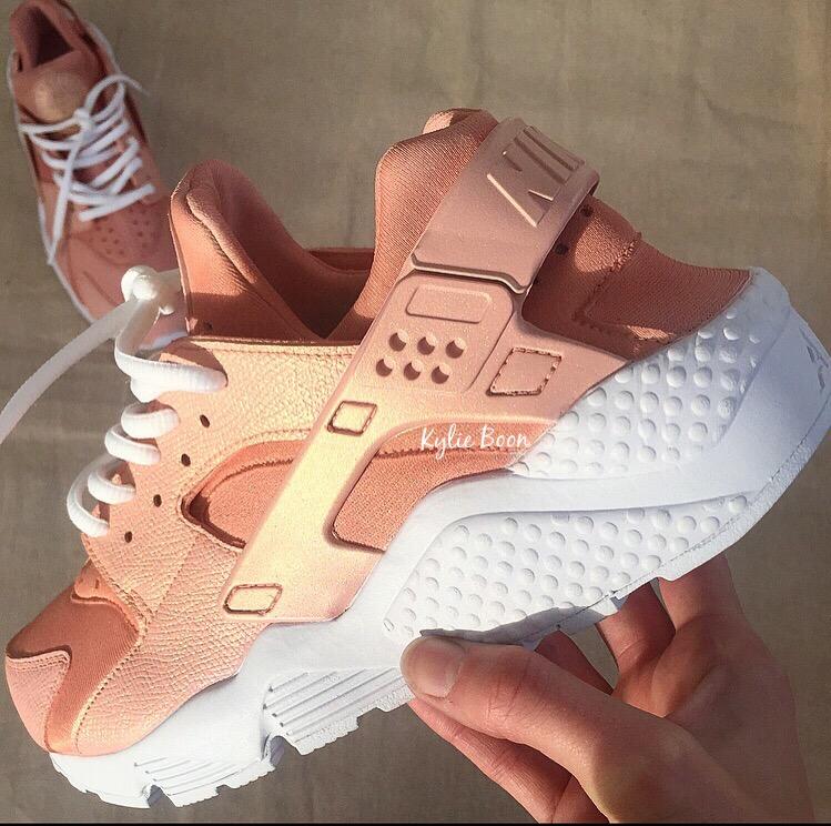 Nike Huarache màu Rose Gold có giá 5 triệu đồng.