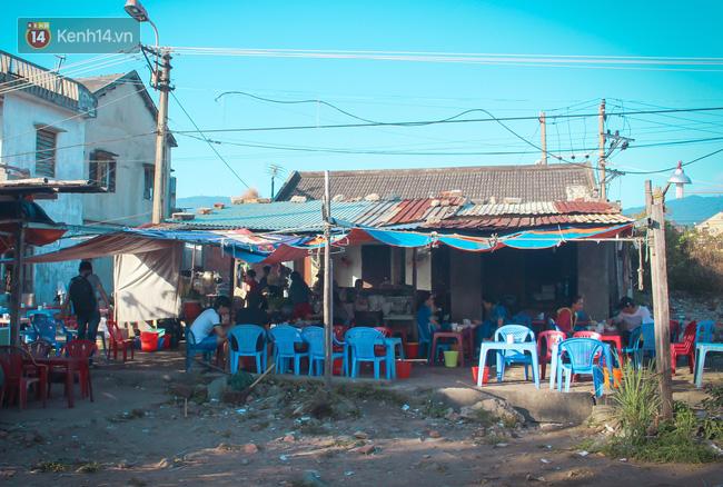 """Quán """"bánh canh ruộng"""" siêu rẻ ở Đà Nẵng, 20 năm qua khách phải chen chân để tự phục vụ - Ảnh 5."""