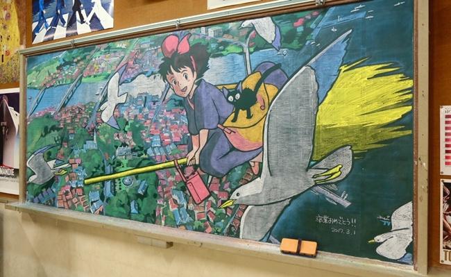 Thầy giáo vẽ tranh hoạt hình trên bảng phấn chúc mừng học trò tốt nghiệp - Ảnh 1.