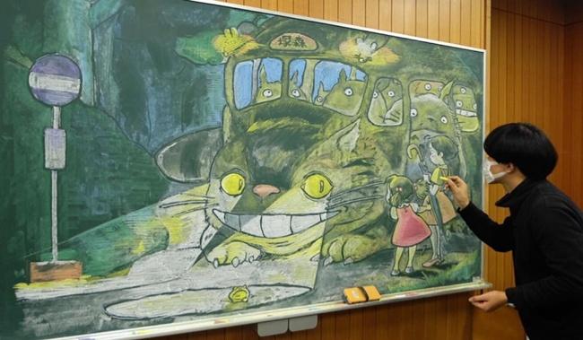 Thầy giáo vẽ tranh hoạt hình trên bảng phấn chúc mừng học trò tốt nghiệp - Ảnh 2.
