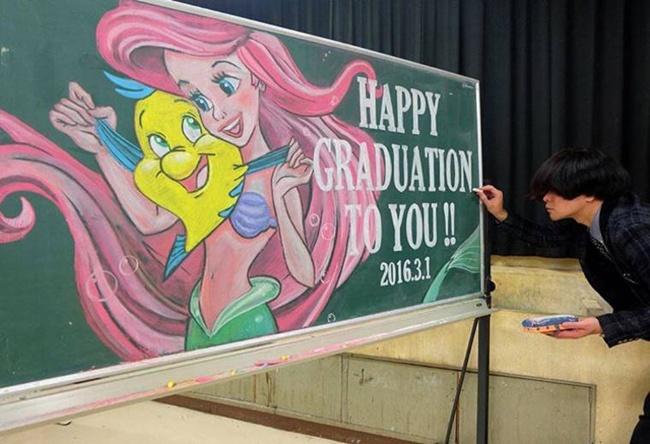 Thầy giáo vẽ tranh hoạt hình trên bảng phấn chúc mừng học trò tốt nghiệp - Ảnh 4.