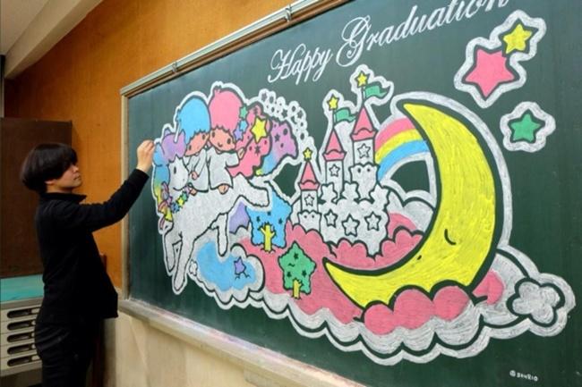 Thầy giáo vẽ tranh hoạt hình trên bảng phấn chúc mừng học trò tốt nghiệp - Ảnh 5.