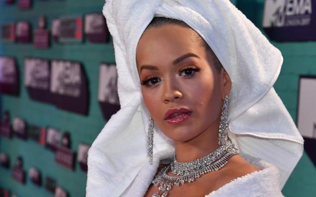 Bộ cánh sốc óc của Rita Ora tại EMA 2017: Chính là đang tắm dở đã bị lôi đi quẩy đúng không? - Ảnh 3.