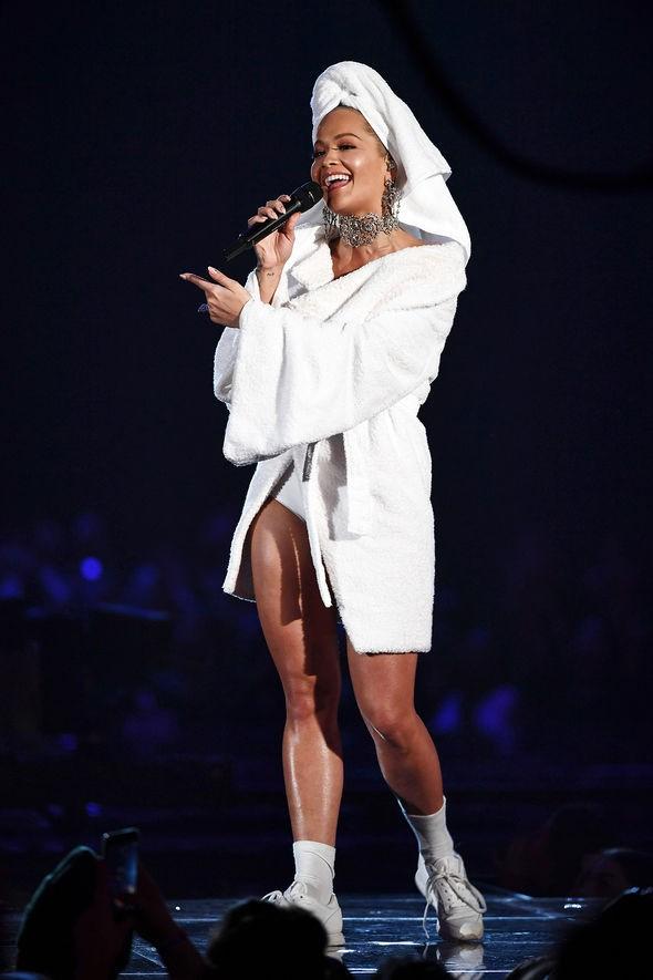 Bộ cánh sốc óc của Rita Ora tại EMA 2017: Chính là đang tắm dở đã bị lôi đi quẩy đúng không? - Ảnh 8.