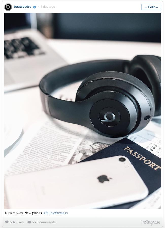 Apple bất ngờ để lộ iPhone 7 màu lạ trong ảnh quảng cáo tai nghe Beats? - Ảnh 1.