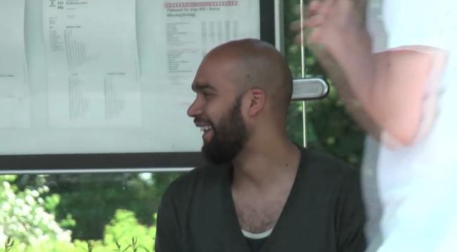 Đứng đợi xe bus, hành khách được một phen cười sặc sụa khi bị thánh photoshop troll - Ảnh 11.