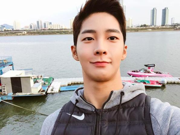 Chàng trai Hàn Quốc sở hữu mặt học sinh nhưng body phụ huynh cực thu hút - Ảnh 1.