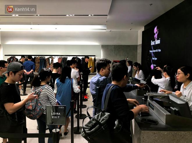 H&M vỡ trận ngày đầu mở bán vì hút toàn bộ giới trẻ Hà Nội, Zara đông ổn định với đối tượng lớn tuổi hơn - Ảnh 5.