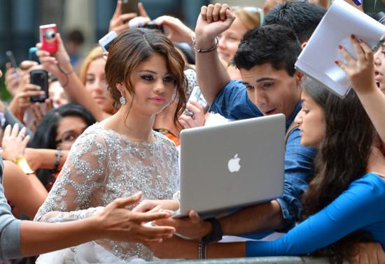 Selena Gomez chính là ngôi sao chăm tự sướng cùng fan nhất - Ảnh 14.