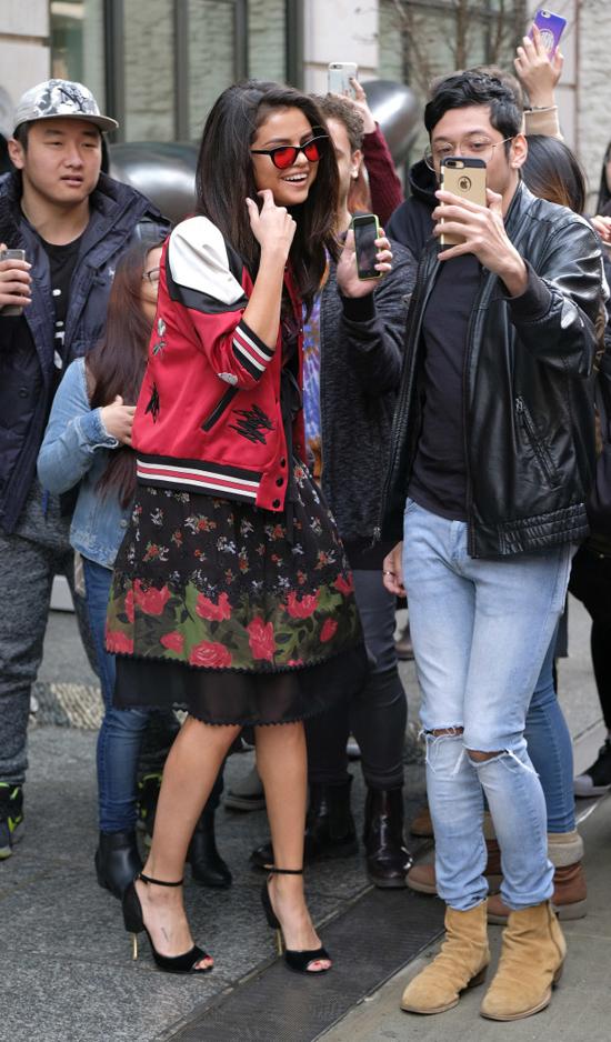 Selena Gomez chính là ngôi sao chăm tự sướng cùng fan nhất - Ảnh 8.