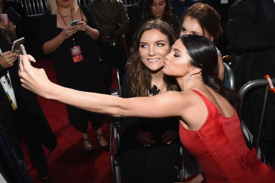 Selena Gomez chính là ngôi sao chăm tự sướng cùng fan nhất - Ảnh 4.
